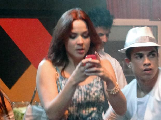 Débora tenta ligar para Laura, mas não consegue falar com a mãe (Foto: Malhação / TV Globo)