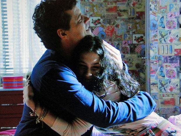 Gabriel abraça Gabi após desabafo da filha (Foto: Amor Eterno Amor/TV Globo)