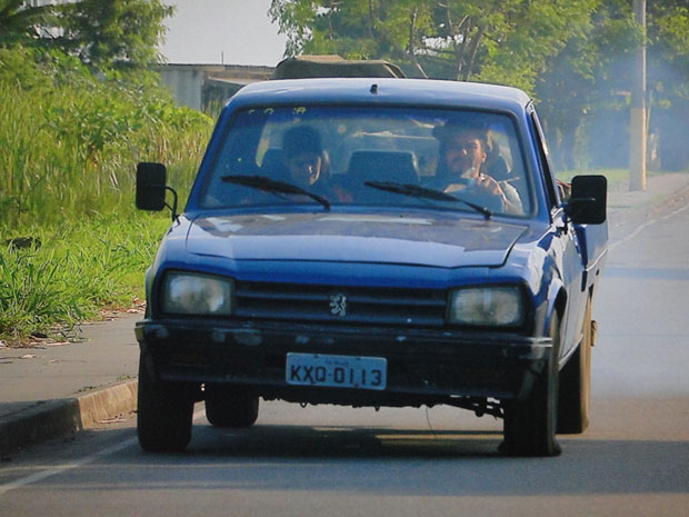 Pneu do carro fura e deixa Pedro e Gracinha no meio da estrada (Foto: Amor Eterno Amor/TV Globo)