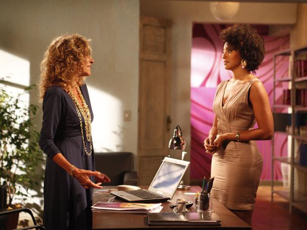 Maruschka e Sarita conversam (Foto: Aquele Beijo / TV Globo)