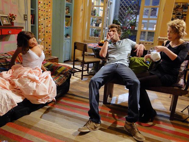 Natália quer saber o que houve, mas os dois nem dão ouvidos a ela (Foto: Malhação / TV Globo)