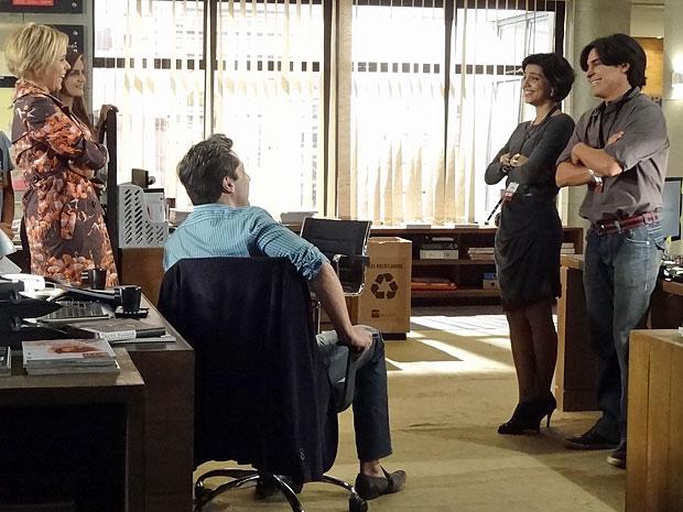Pedro diverte os novos colegas de trabalho com seu jeito de ser (Foto: Amor Eterno Amor/TV Globo)