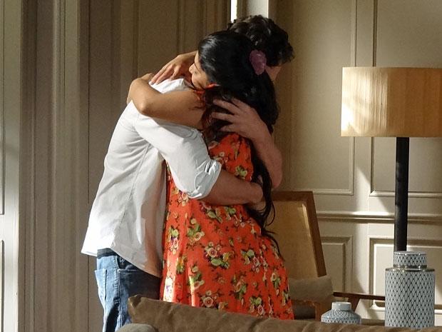 Gracinha ganha um forte abraço de Rodrigo (Foto: Amor Eterno Amor/TV Globo)