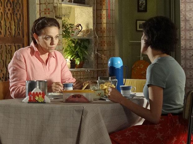 Teresa acredita que Marlene precisa entender melhor a filha (Foto: Amor Eterno Amor/TV Globo)