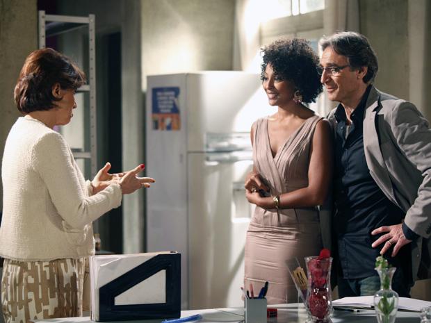 Dra. Vera diz a Sarita que ela vai poder voltar a trabalhar como advogada (Foto: Aquele Beijo / TV Globo)