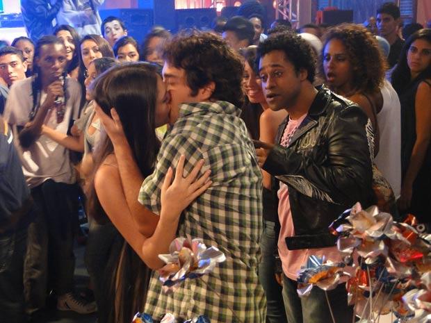 Cida dá aquele beijo em Elano (Foto: Cheias de Charme/ TV Globo)