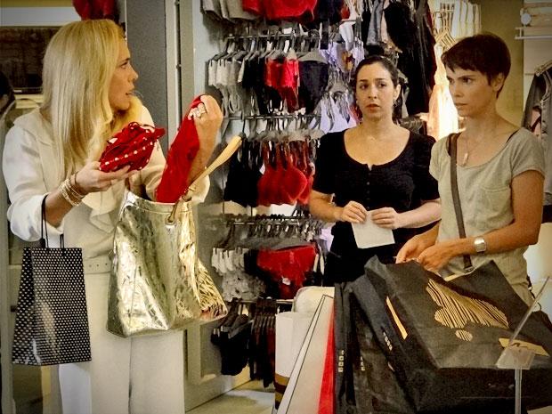 Para conquistar a confiança de Carminha, Nina assume a culpa no lugar da patroa (Foto: Avenida Brasil/ TV Globo)