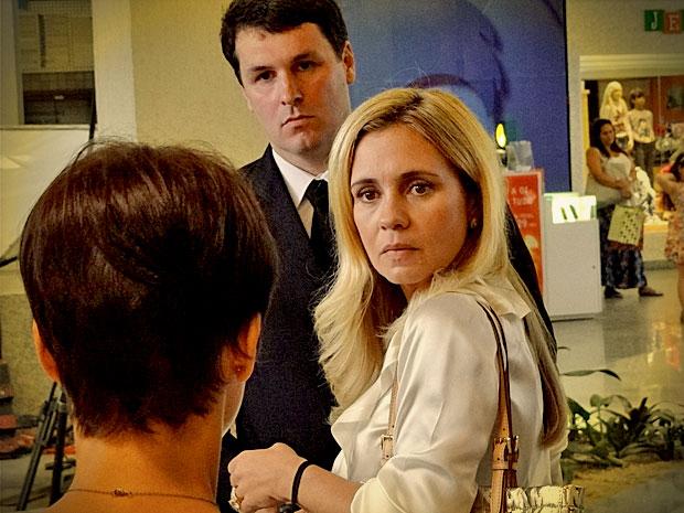 Carminha fica surpresa e agradecida com a atitude de Nina (Foto: Avenida Brasil/ TV Globo)