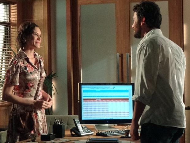 Marlene vai à sala de Rodrigo e fica surpresa com proposta (Foto: Amor Eterno Amor / TV Globo)