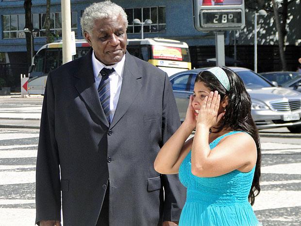Gracinha demora para acreditar no que vê (Foto: Amor Eterno Amor/TV Globo)