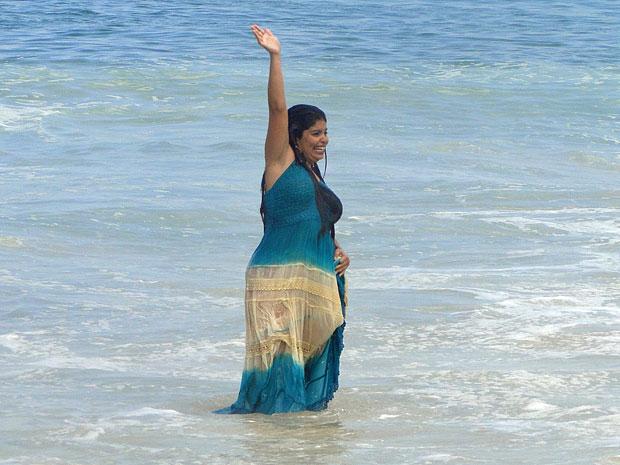 Gracinha se joga no mar de Copacabana (Foto: Amor Eterno Amor/TV Globo)