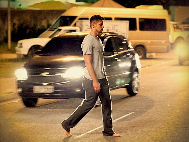 Sonâmbulo, Jorginho corre risco andando no meio dos carros (Foto: Avenida Brasil/ TV Globo)