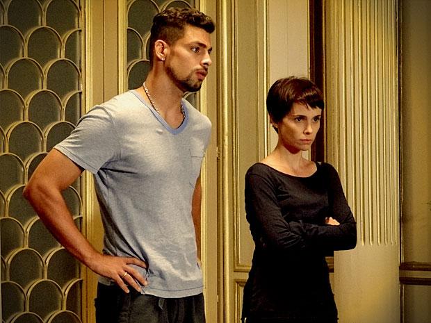 Jorginho e Nina voltam para casa e encontram família preocupada (Foto: Avenida Brasil/ TV Globo)