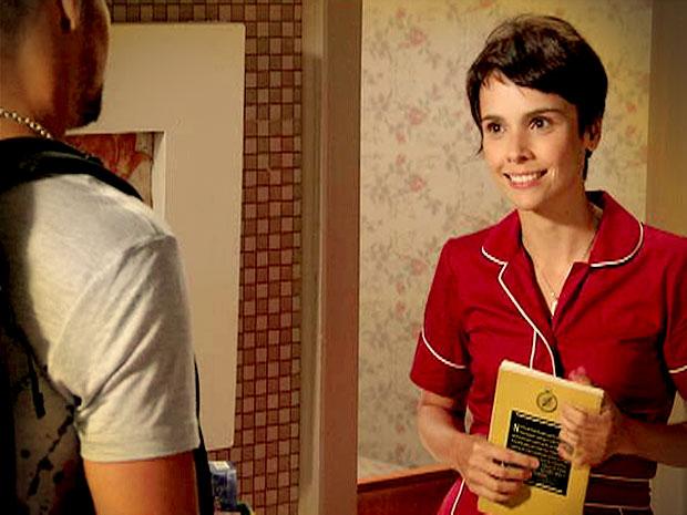 Sem jeito, Nina aceita o livro e fica emocionada (Foto: Avenida Brasil/ TV Globo)