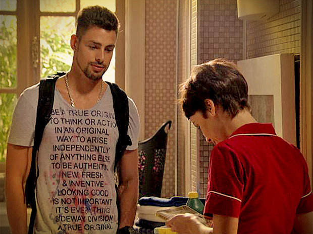 Em agradecimento, Jorginho dá um presente para Nina (Foto: Avenida Brasil/ TV Globo)
