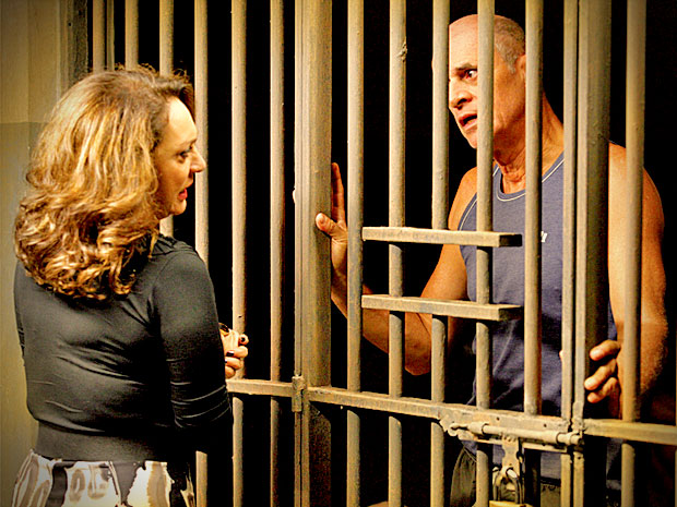 Enciumada e revoltada, Muricy resolve abandonar Leleco na cadeia (Foto: Avenida Brasil/ TV Globo)