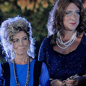 Maruschka apresenta Ana Girafa como sua filha (Aquele Beijo / TV Globo)