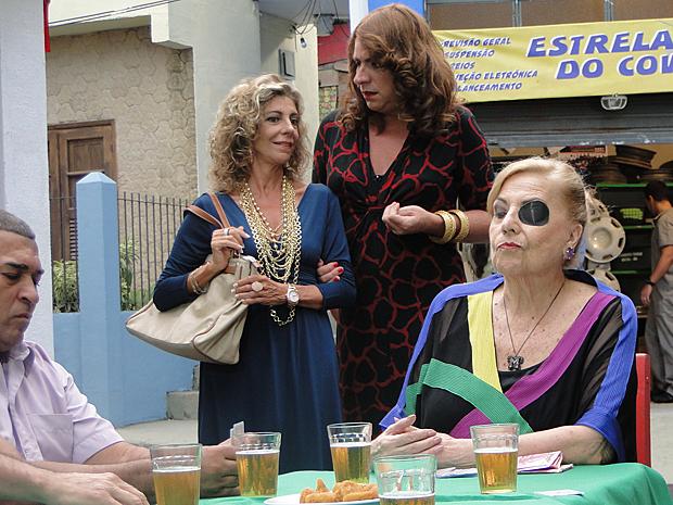 Mirta monta banca de jogo no Covil do Bagre (Foto: Aquele Beijo / TV Globo)
