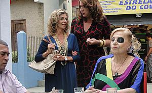 Mirta monta banca de jogo no Covil do Bagre e surpreende Ana Girafa (Aquele Beijo / TV Globo)