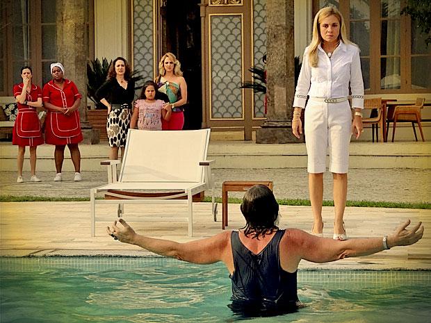Todos ficam chocados com Nilo tomando banho na piscina da mansão