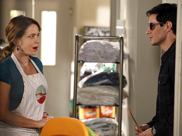 Rosário mal sabe o que fazer diante de Fabian, mas... será que é ele mesmo? (Foto: Cheias de Charme / TV Globo)