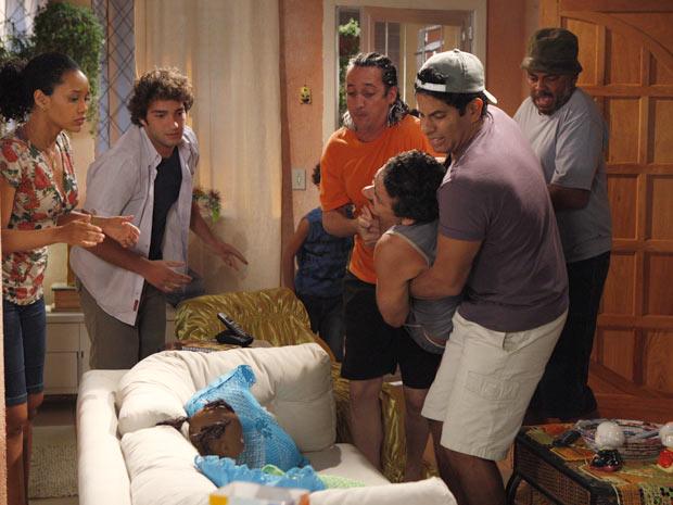 Sandro chega todo machucado e assusta a família (Foto: Cheias de Charme / TV Globo)