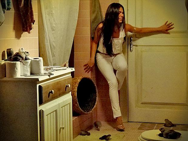 Suelen entra em pânico ao se ver trancada no banheiro cheio de sapos (Foto: Avenida Brasil/ TV Globo)