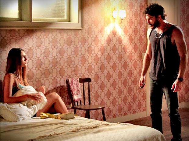 Ela fica apavorado e diz que não vai se casar à força (Foto: Avenida Brasil/ TV Globo)
