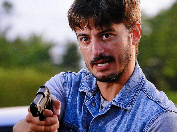 Assaltante aponta arma para Pedro e Gracinha (Foto: Amor Eterno Amor/TV Globo)