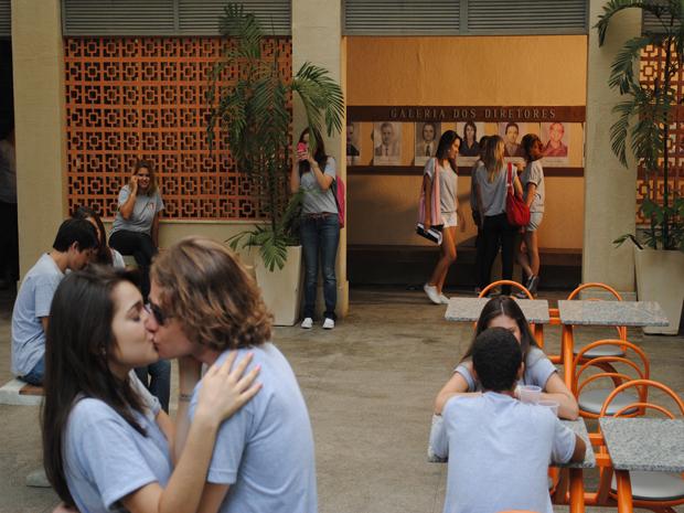 A ruivinha apronta de novo e tira uma foto de Isabela e Filipe se beijando! (Foto: Malhação / Tv Globo)