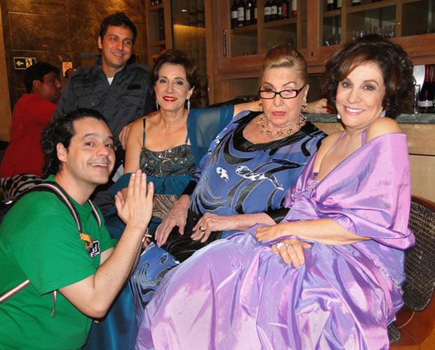 Bruno Garcia se divertiu com as colegas de elenco: Angela Rebello, Jacqueline Laurence e Stella Miranda