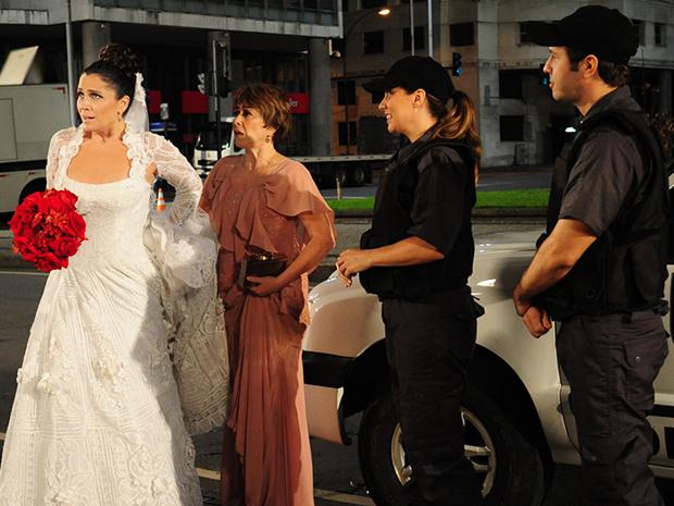 Claudia chega de camburrão ao próprio casamento (Foto: Aquele Beijo/TV Globo)