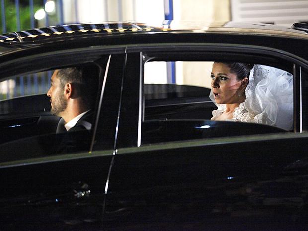 Rubinho sequestra Claudia a caminho da igreja (Foto: Aquele Beijo/TV Globo)