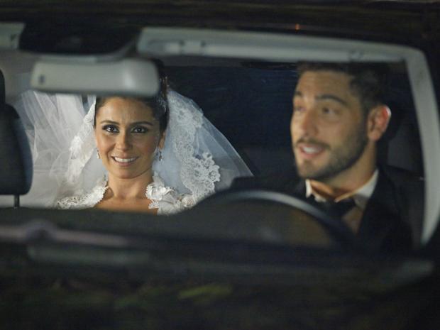 Claudia se choca ao saber que Rubinho está ao volante (Foto: Aquele Beijo/TV Globo)