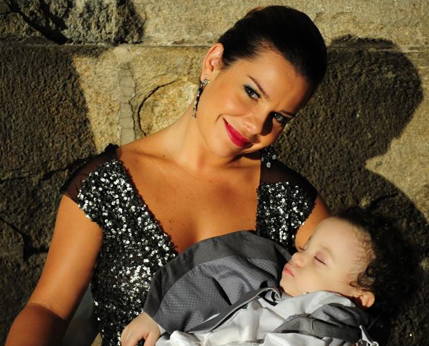 Arrasando no modelito e no batom de cor berinjela, Fernanda Souza deu um chamego em seu filho da ficção