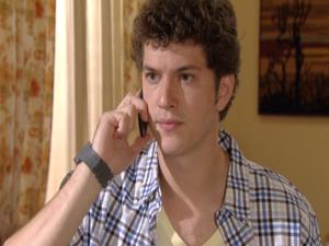 Gabriel liga para Cristal e diz que vai a Petrópolis (Foto: Malhação / Tv Globo)