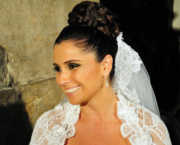 Vestida de noiva, Giovanna Antonelli desfila sua exuberância (Foto: Aquele Beijo/TV Globo)
