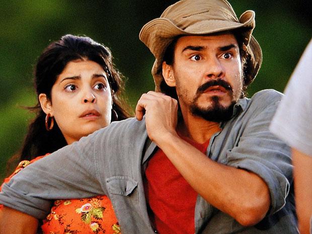 Gracinha e Pedro são surpreendidos pelo assaltante (Foto: Amor Eterno Amor/TV Globo)