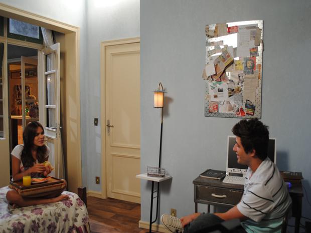 Guido conta as novidades para Natália e ela o coloca contra a parede (Foto: Malhação / Tv Globo)