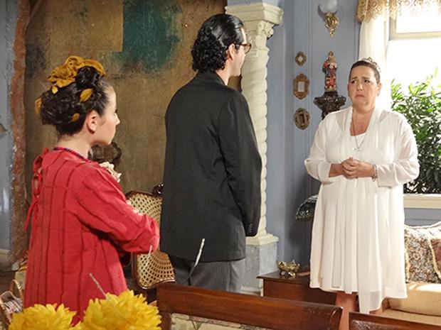 Iara confessa para Joselito e Hermanita que tem medo de ir embora (Foto: Aquele Beijo/TV Globo)