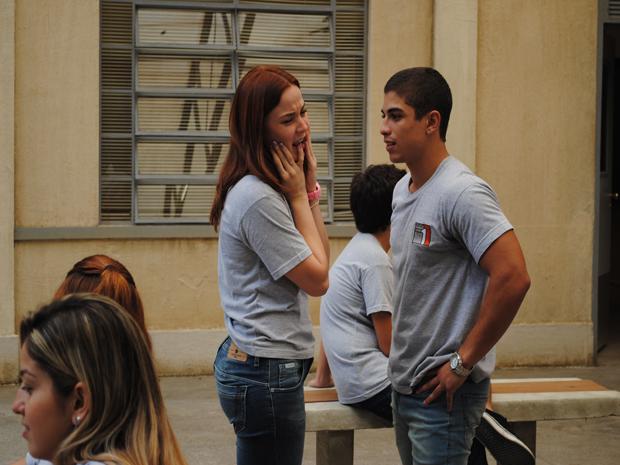 Jeffinho fica bolado quando escuta Débora falar mal da Comunidade dos Anjos (Foto: Malhação / Tv Globo)