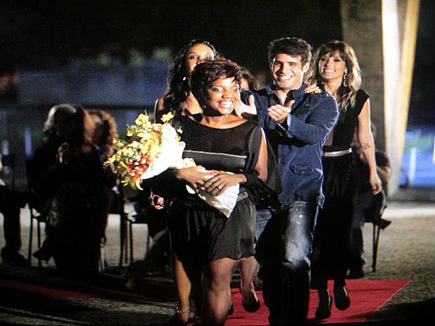Marisol é aplaudida de pé pelo público (Foto: Aquele Beijo / TV Globo)