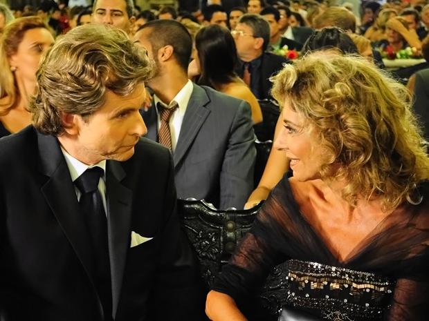 Maruschka fica encantada com Luiz  (Foto: Aquele Beijo/TV Globo)