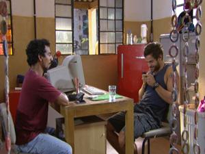 Moisés rouba celular de Bertoni e manda mensagem para Alexia (Foto: Malhação / Tv Globo)