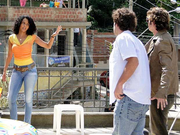 Penha recebe o apoio de Elano e recusa a proposta de Tom Bastos (Foto: Cheias de Charme / TV Globo)