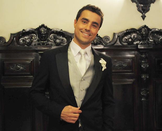 O noivo não economizou no charme! Palmas para Ricardo Pereira, que vive o doce Vicente (Foto: Aquele Beijo/TV Globo)