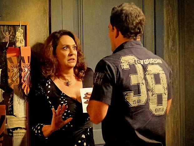 Adauto se declara para Muricy e ela fica assustada (Foto: Avenida Brasil/ TV Globo)