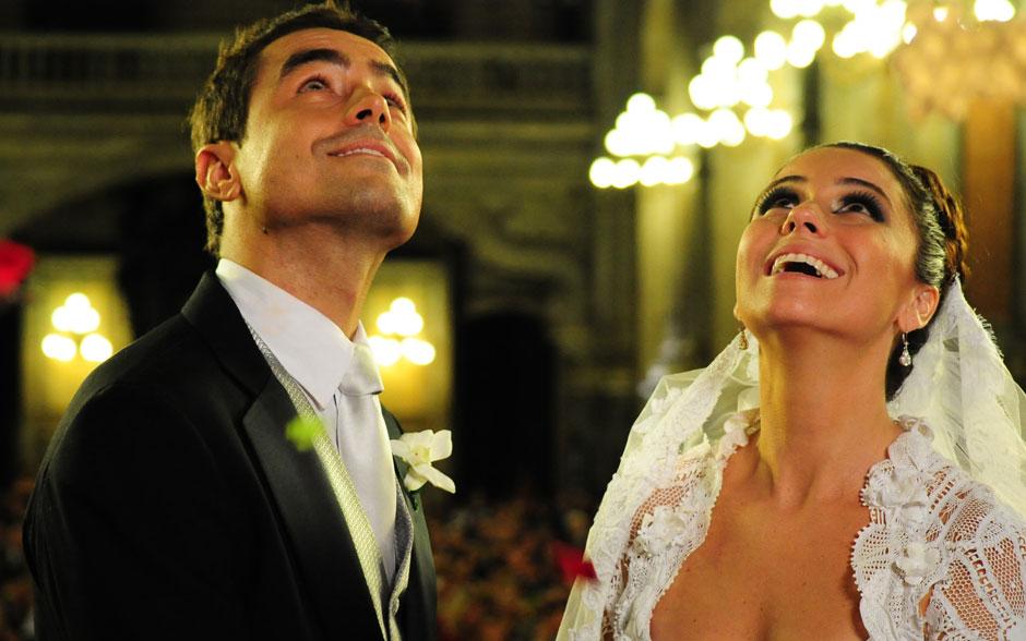 Pétalas de rosa caem sobre os noivos após os votos