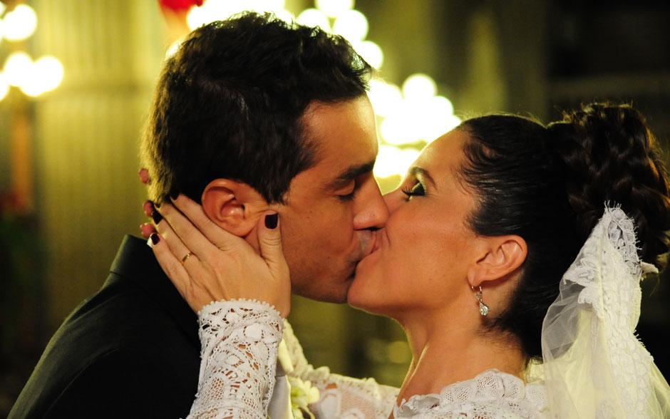 """O tão aguardado beijo do """"sim"""" de Claudia e Vicente"""