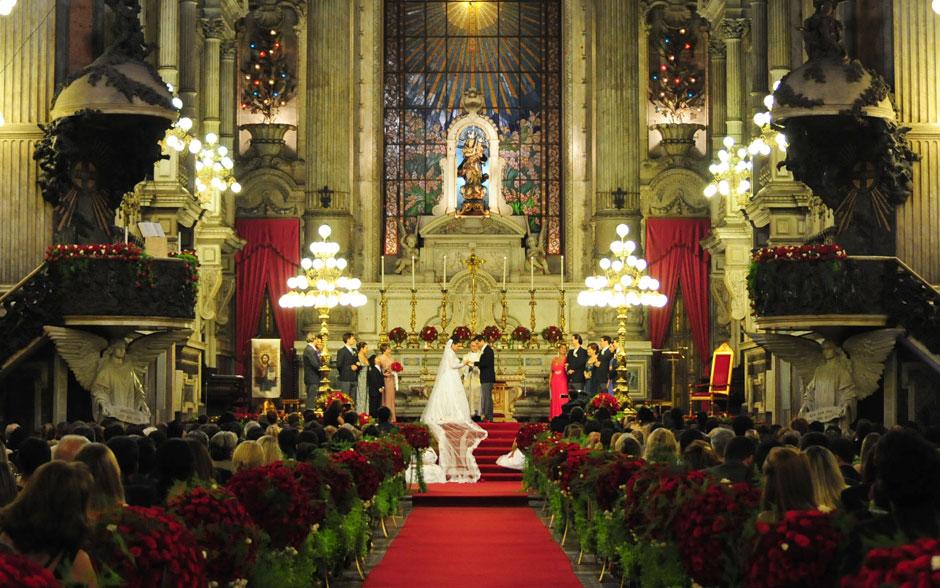 Claudia e Vicente se casam diante de centenas de convidados na Candelária
